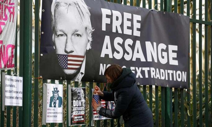 Luật sư tố việc ông chủ WikiLeaks bị còng tay và bắt khoả thân - Ảnh 1.