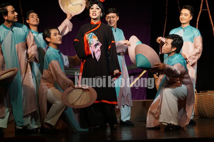 Khán giả đeo khẩu trang xem bà Tú Thành Lộc diễn - Ảnh 4.