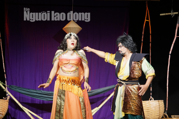 Khán giả đeo khẩu trang xem bà Tú Thành Lộc diễn - Ảnh 6.