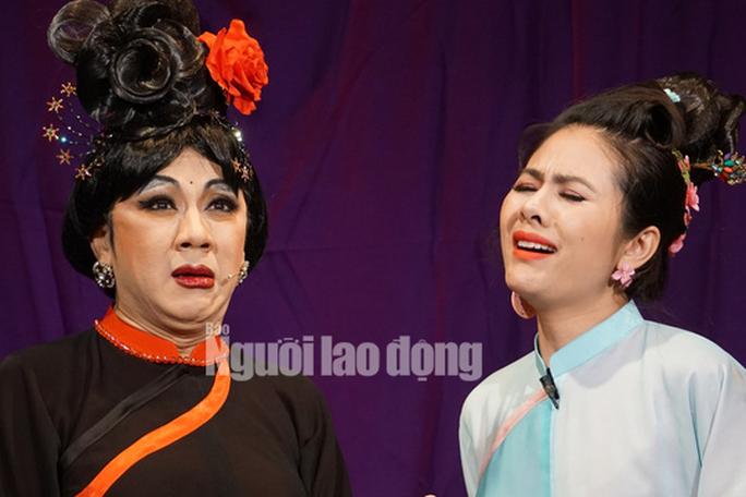 Khán giả đeo khẩu trang xem bà Tú Thành Lộc diễn - Ảnh 1.