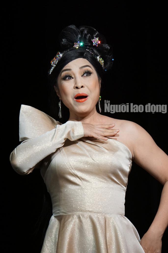 Khán giả đeo khẩu trang xem bà Tú Thành Lộc diễn - Ảnh 7.