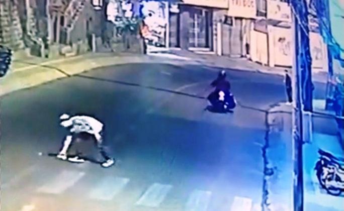 Truy tìm đối tượng manh động ném đá vào xe đang lưu thông ở Đà Lạt - Ảnh 2.