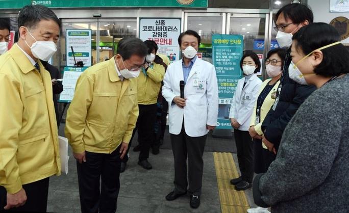 Covid-19: Tổng thống Hàn Quốc từng họp với người nhiễm  - Ảnh 2.