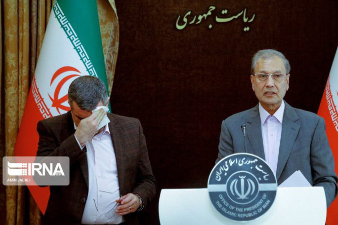 Covis-19: Clip Thứ trưởng Y tế Iran lau mồ hôi, ho ngay trong họp báo - Ảnh 1.