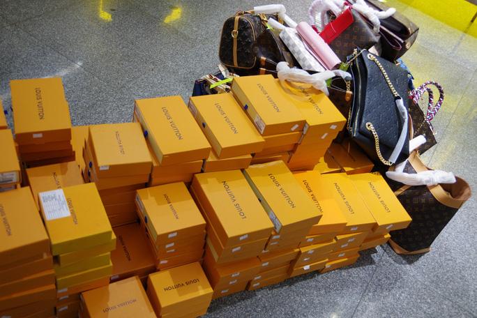 Hàng hiệu Louis Vuitton, Chanel, Gucci, Rolex nhái bị phát hiện ở The Manor Hà Nội - Ảnh 1.