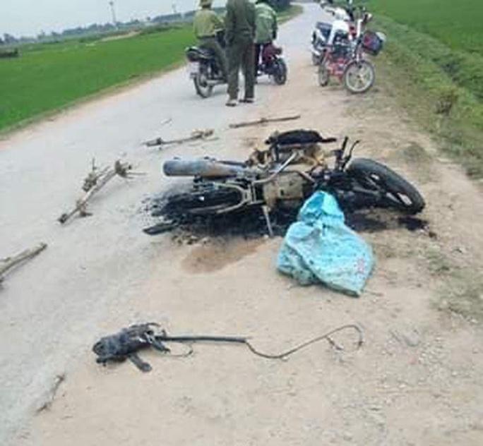 Nghi trộm chó, người dân vây đánh hội đồng thương vong 2 thanh niên, đốt xe máy - Ảnh 1.