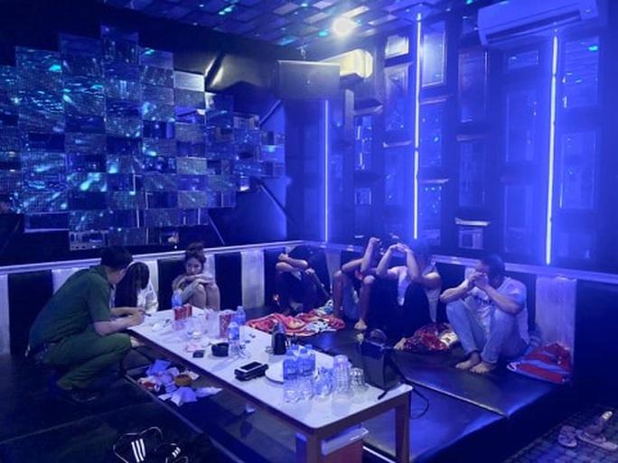 Tiệc thác loạn trong quán karaoke M&T bị đánh úp - Ảnh 1.