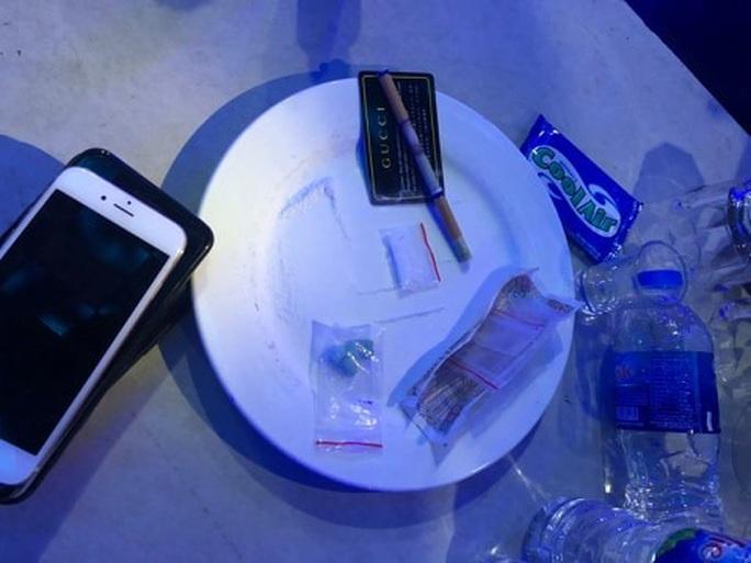 Tiệc thác loạn trong quán karaoke M&T bị đánh úp - Ảnh 2.