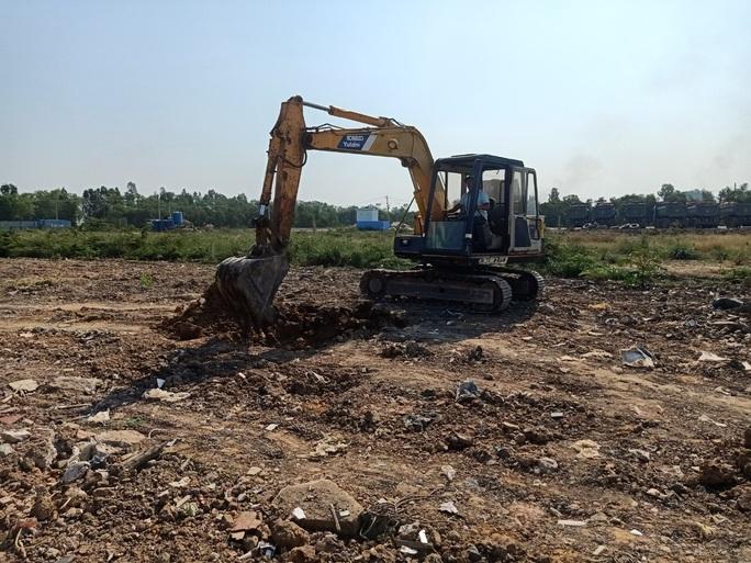 Phát hiện bùn thải nghi là nguy hại chôn lén tại Bình Chánh - Ảnh 2.