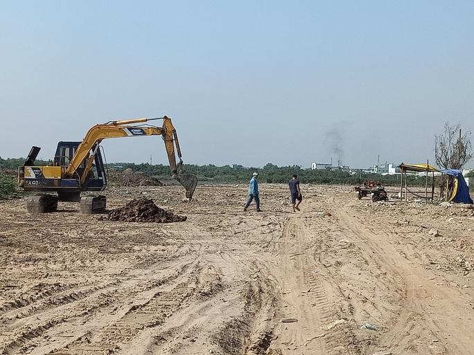 Phát hiện bùn thải nghi là nguy hại chôn lén tại Bình Chánh - Ảnh 1.