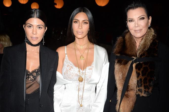 Chị em Kim Kardashian bị chê làm trò khi đánh nhau trên truyền hình - Ảnh 5.