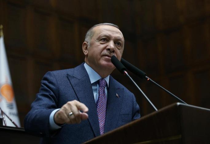 Thổ Nhĩ Kỳ tấn công quân đội Syria, trả thù cho 29 binh sĩ - Ảnh 1.