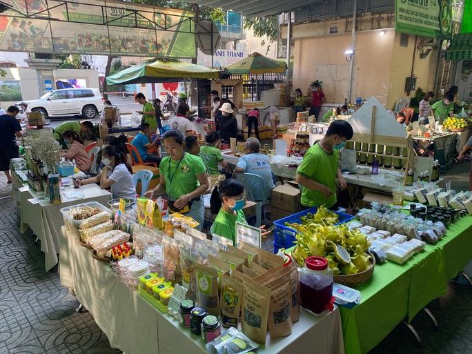 Nhiều người tò mò với bún dưa hấu và bánh tráng thanh long tại phiên chợ Xanh  - Ảnh 1.
