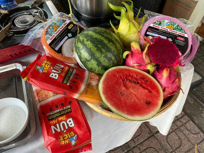 Nhiều người tò mò với bún dưa hấu và bánh tráng thanh long tại phiên chợ Xanh  - Ảnh 2.