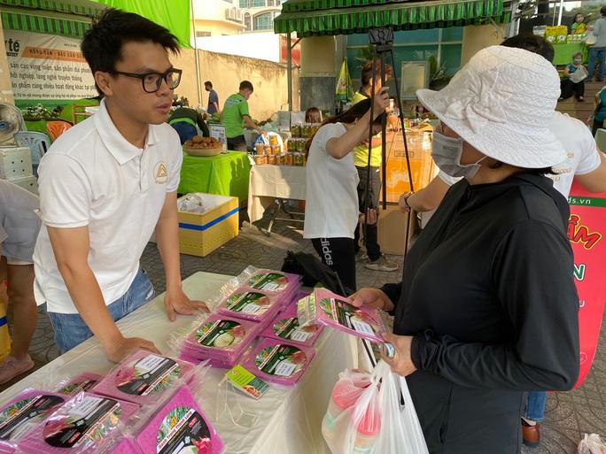 Nhiều người tò mò với bún dưa hấu và bánh tráng thanh long tại phiên chợ Xanh  - Ảnh 4.