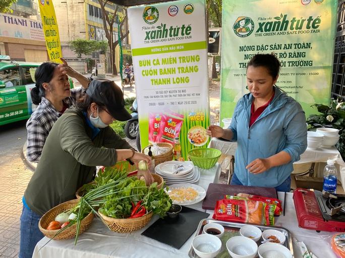 Nhiều người tò mò với bún dưa hấu và bánh tráng thanh long tại phiên chợ Xanh  - Ảnh 5.