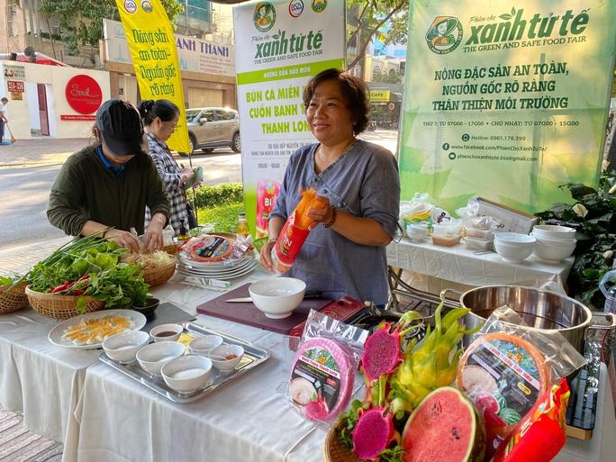 Nhiều người tò mò với bún dưa hấu và bánh tráng thanh long tại phiên chợ Xanh  - Ảnh 3.