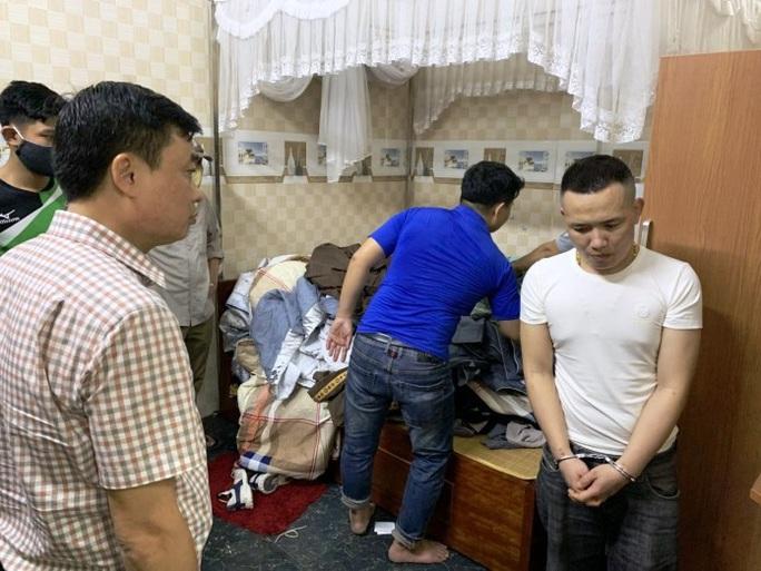 Đột kích tụ điểm đối tượng cộm cán ở Quảng Bình, phát hiện ma túy, súng và kiếm nhật - Ảnh 1.