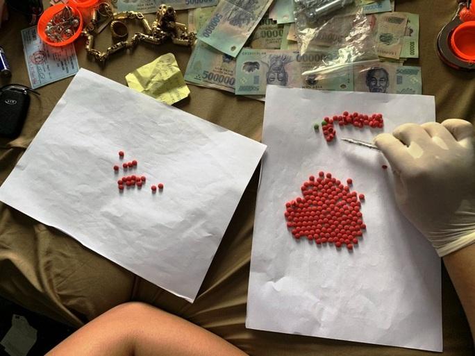 Đột kích tụ điểm đối tượng cộm cán ở Quảng Bình, phát hiện ma túy, súng và kiếm nhật - Ảnh 2.