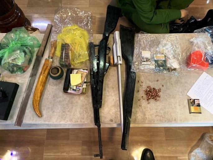 Đột kích tụ điểm đối tượng cộm cán ở Quảng Bình, phát hiện ma túy, súng và kiếm nhật - Ảnh 3.