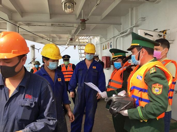 Quảng Bình- Bình Định:  Theo dõi chặt chẽ hàng trăm thuyền viên người Trung Quốc - Ảnh 2.