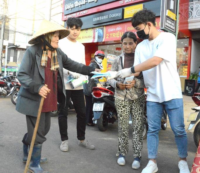 Cảm động hình ảnh tiền vệ Trần Minh Vương ra đường phát khẩu trang miễn phí ở Pleiku - Ảnh 2.