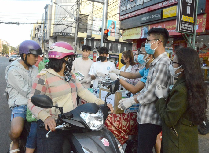 Cảm động hình ảnh tiền vệ Trần Minh Vương ra đường phát khẩu trang miễn phí ở Pleiku - Ảnh 1.