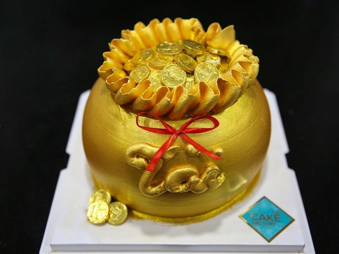Bánh hũ vàng giá bạc triệu trong ngày vía Thần Tài  - Ảnh 2.