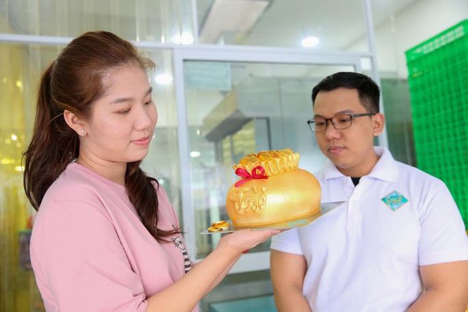 Bánh hũ vàng giá bạc triệu trong ngày vía Thần Tài  - Ảnh 10.