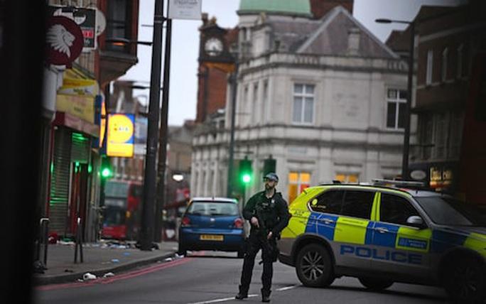 Anh: Bắn hạ kẻ khủng bố xúi giục bạn gái chặt đầu cha mẹ - Ảnh 2.