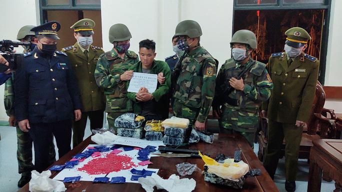 Cõng 36.000 viên hồng phiến và 4 kg ma túy tổng hợp cắt rừng đưa vào Việt Nam tiêu thụ - Ảnh 1.