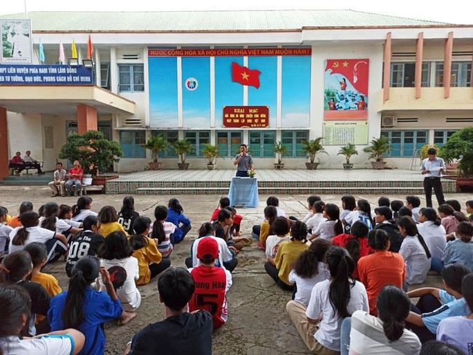Báo cáo nhanh vụ học sinh Lâm Đồng bị sốt sau khi tiếp xúc với 3 người Trung Quốc - Ảnh 2.