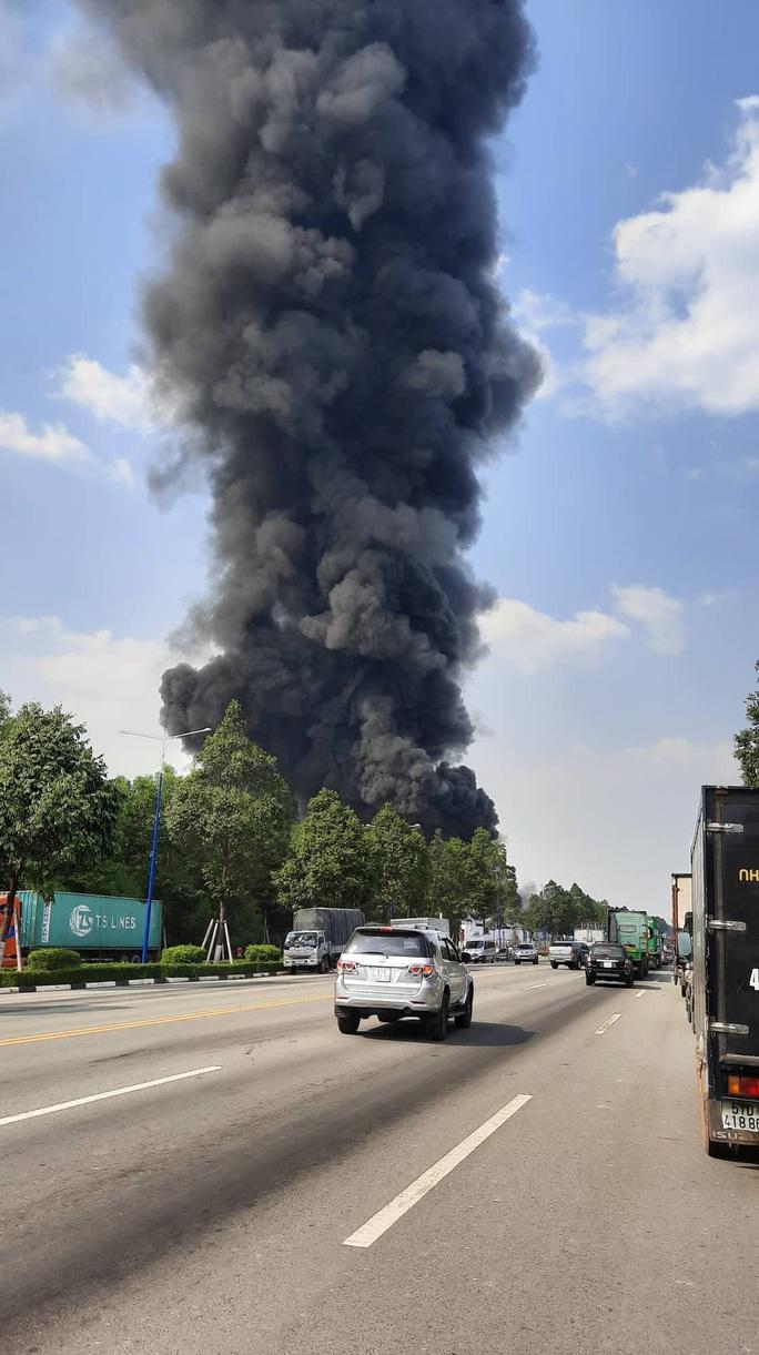 Đang cháy dữ dội ở thị xã Bến Cát - Bình Dương, khói mù trời - Ảnh 2.