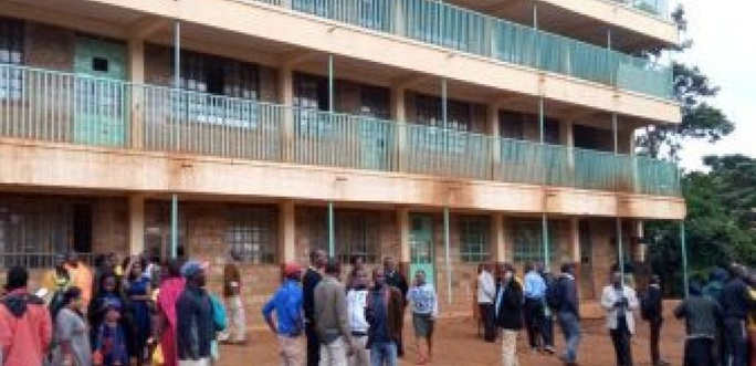 Chen nhau xuống cầu thang 14 trẻ em Kenya bị giẫm đạp chết - Ảnh 1.