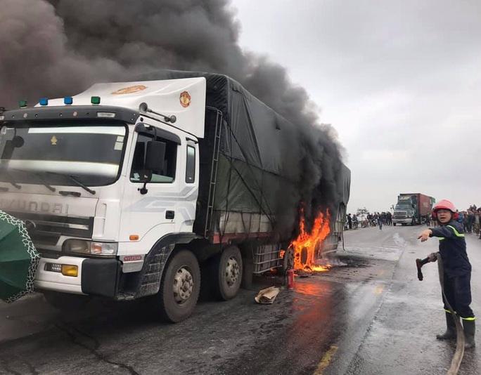 Xe tải đang chạy bỗng bốc cháy ngùn ngụt, Quốc lộ 1A ùn tắc kéo dài - Ảnh 1.