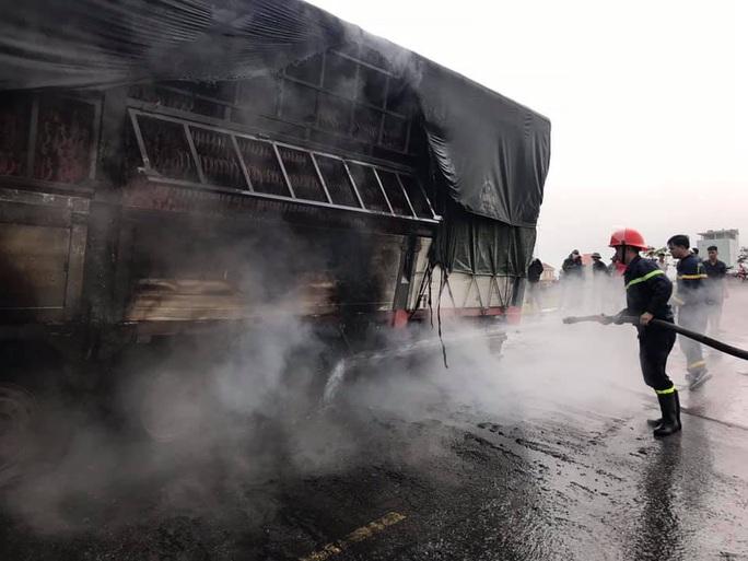 Xe tải đang chạy bỗng bốc cháy ngùn ngụt, Quốc lộ 1A ùn tắc kéo dài - Ảnh 3.