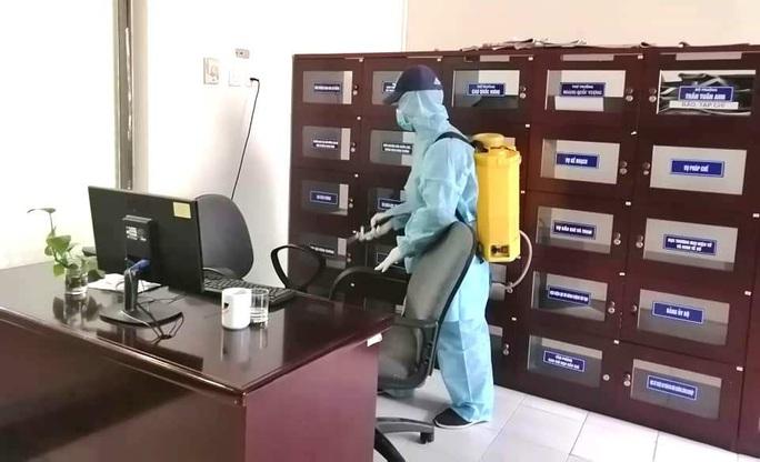 Tăng mạnh giá dịch vụ phun xịt khử trùng nhà cửa vì virus corona  - Ảnh 1.