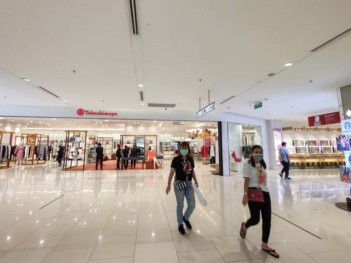 Hàng loạt trung tâm thương mại vắng vẻ trong mùa dịch corona - Ảnh 6.