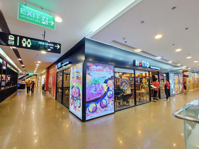 Hàng loạt trung tâm thương mại vắng vẻ trong mùa dịch corona - Ảnh 4.
