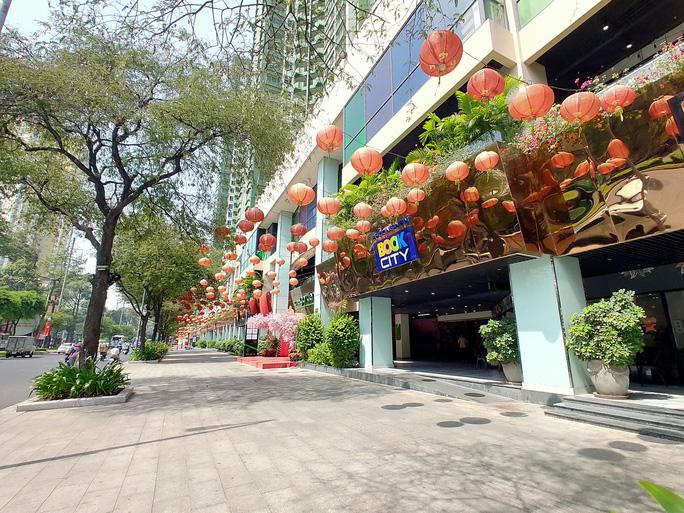 Hàng loạt trung tâm thương mại vắng vẻ trong mùa dịch corona - Ảnh 14.