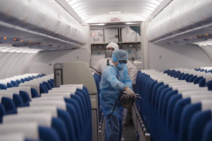 CLIP: Cận cảnh khử trùng máy bay trong dịch virus corona - Ảnh 11.