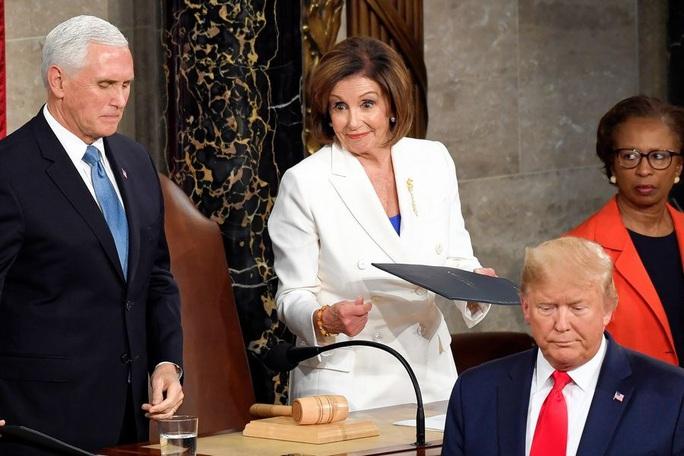 Clip bà Pelosi xé bản sao thông điệp liên bang của Tổng thống Donald Trump - Ảnh 7.