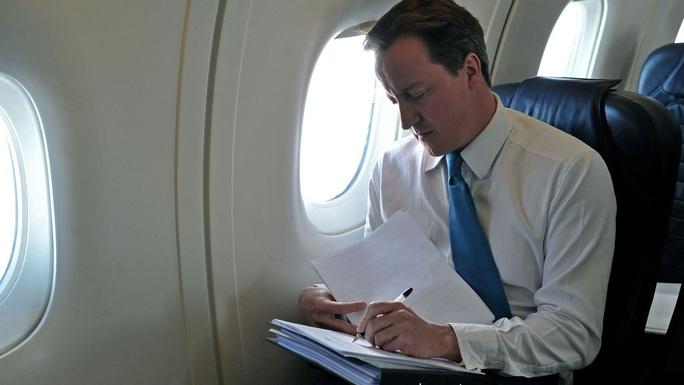 Vệ sĩ cựu thủ tướng Anh quên súng nạp đạn trong nhà vệ sinh máy bay - Ảnh 1.