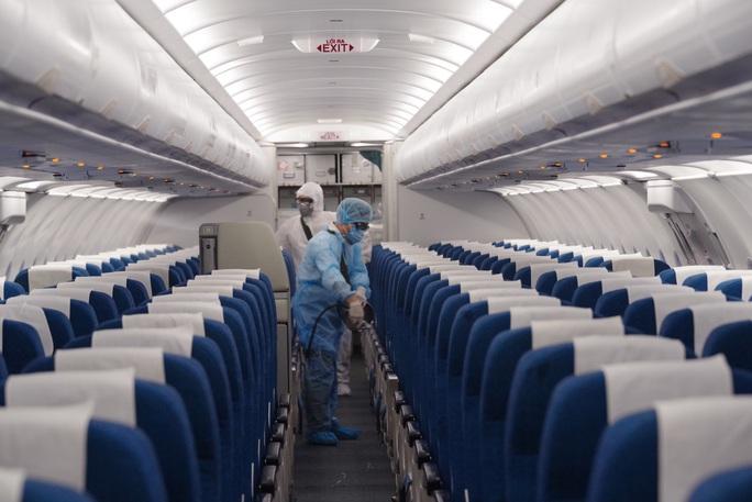 CLIP: Cận cảnh khử trùng máy bay trong dịch virus corona - Ảnh 12.