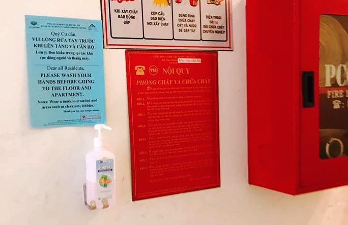 Nhiều chung cư TP HCM phát khẩu trang, nước rửa tay miễn phí - Ảnh 6.