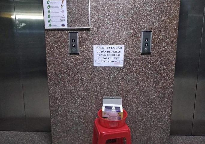 Nhiều chung cư TP HCM phát khẩu trang, nước rửa tay miễn phí - Ảnh 5.