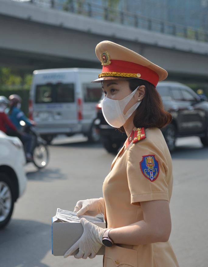 Giữa trưa, CSGT phát khẩu trang y tế cho người dân ở cửa ngõ Tân Sơn Nhất - Ảnh 6.