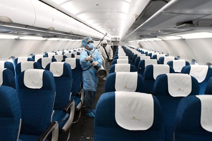 CLIP: Cận cảnh khử trùng máy bay trong dịch virus corona - Ảnh 5.