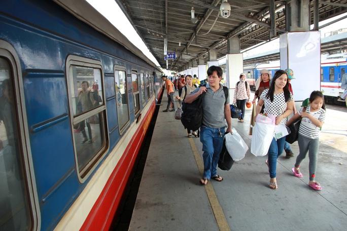 Đường sắt ngưng chạy 11 đoàn tàu và giảm giá vé từ 15-2 - Ảnh 1.