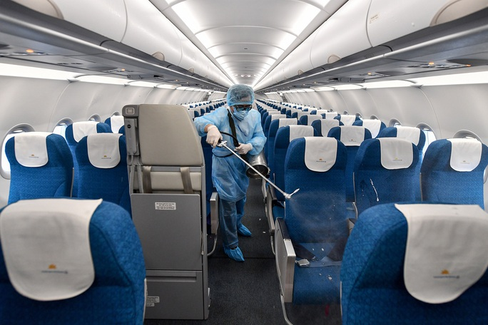 CLIP: Cận cảnh khử trùng máy bay trong dịch virus corona - Ảnh 3.